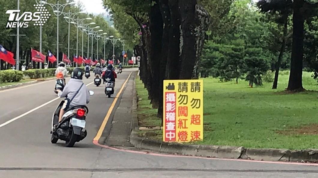 圖/中央社 學生不服校內闖紅燈收罰單 屏科大:依法開罰