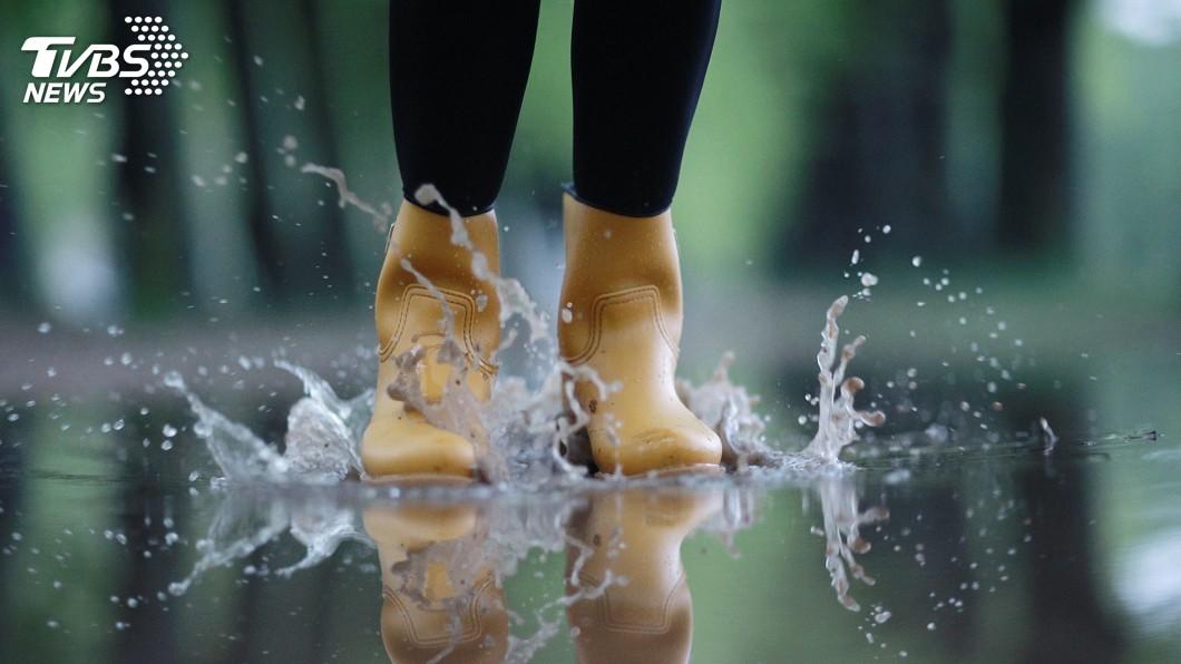 示意圖/TVBS 雨天鞋溼立馬除菌 防水摺疊傘不沾溼