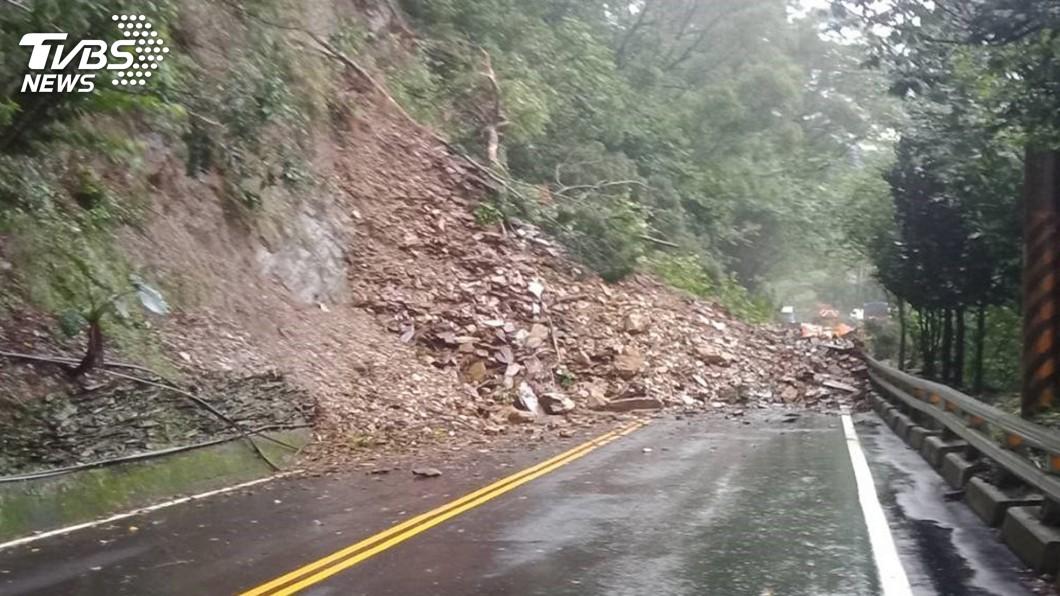 圖/中央社 屏東雨一直下 台24線霧台路段土石坍方
