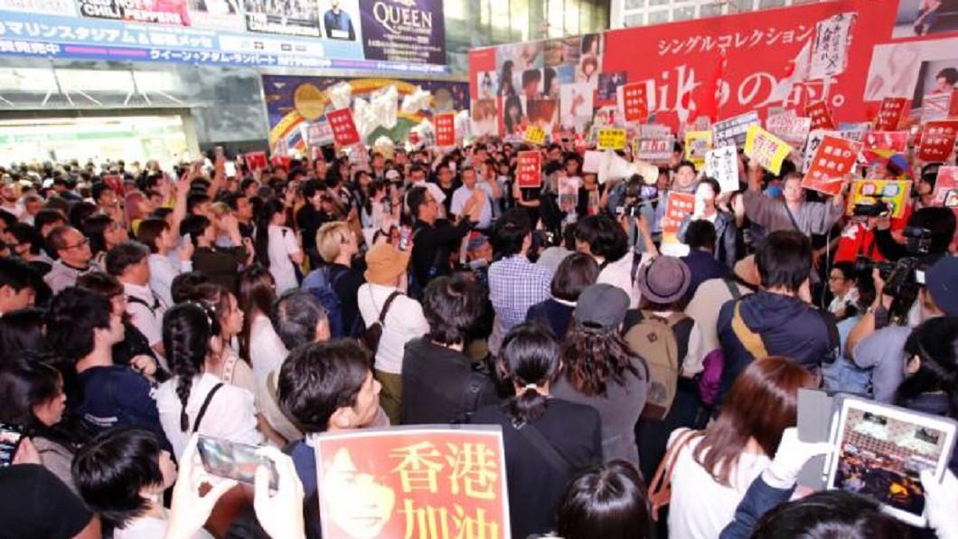 圖/翻攝自田崎 基(神奈川新聞 記者)推特 2500人聚集澀谷 跨海聲援香港「反送中」