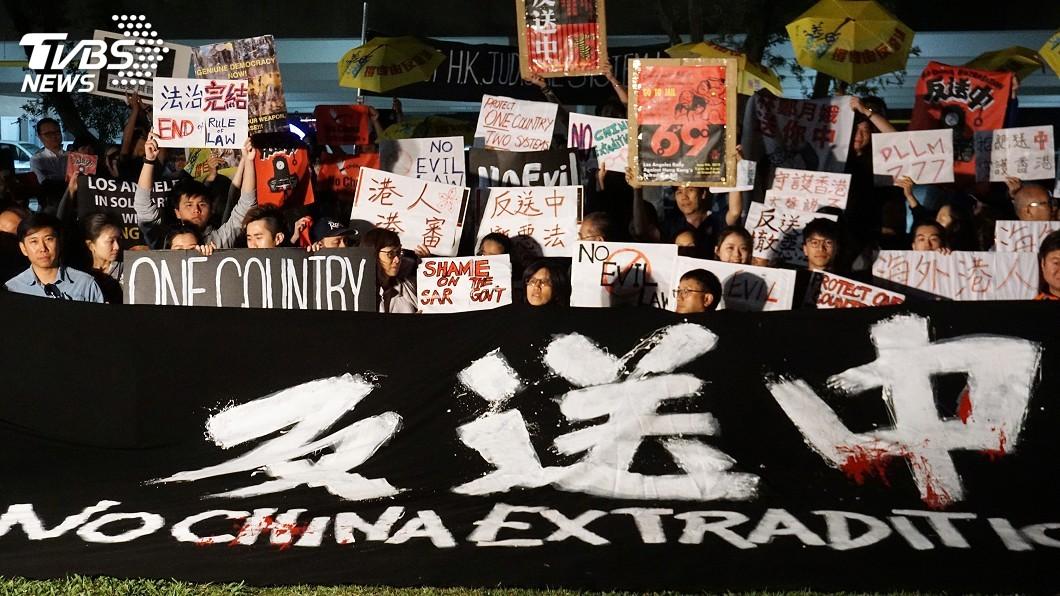 圖/中央社資料畫面 香港民眾包圍警察總部 要求撤回反送中暴動指控