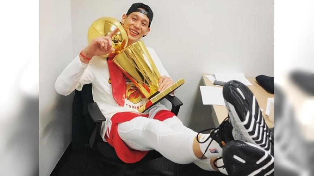 圖/翻攝自jlin7 instagram 暴龍成軍24年NBA首冠 林書豪也捧冠軍盃