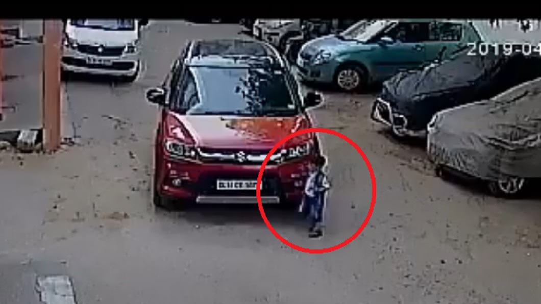 孩童才剛下車就慘遭叔叔輾過。圖/翻攝自@KenyanTraffic推特 只顧玩手機! 叔叔輾過3歲姪子血流滿地慘死