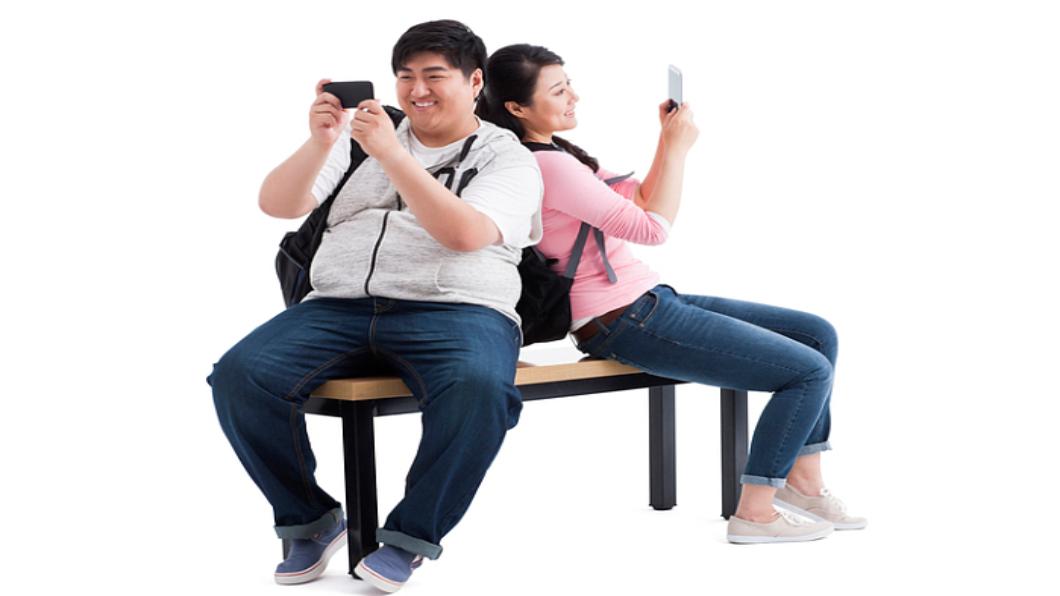 圖/達志影像  手機重度成癮?當心成鬥雞眼無法復原