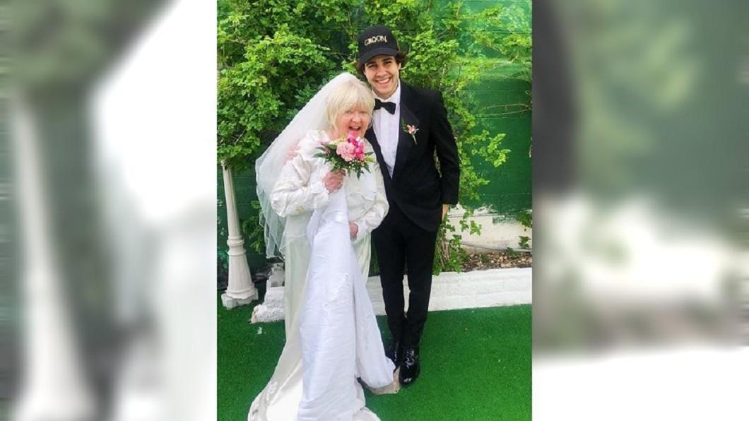 圖/翻攝自 David Dobrik  IG 22歲網紅娶好友媽「當兄弟繼父」 1個月後下場曝光