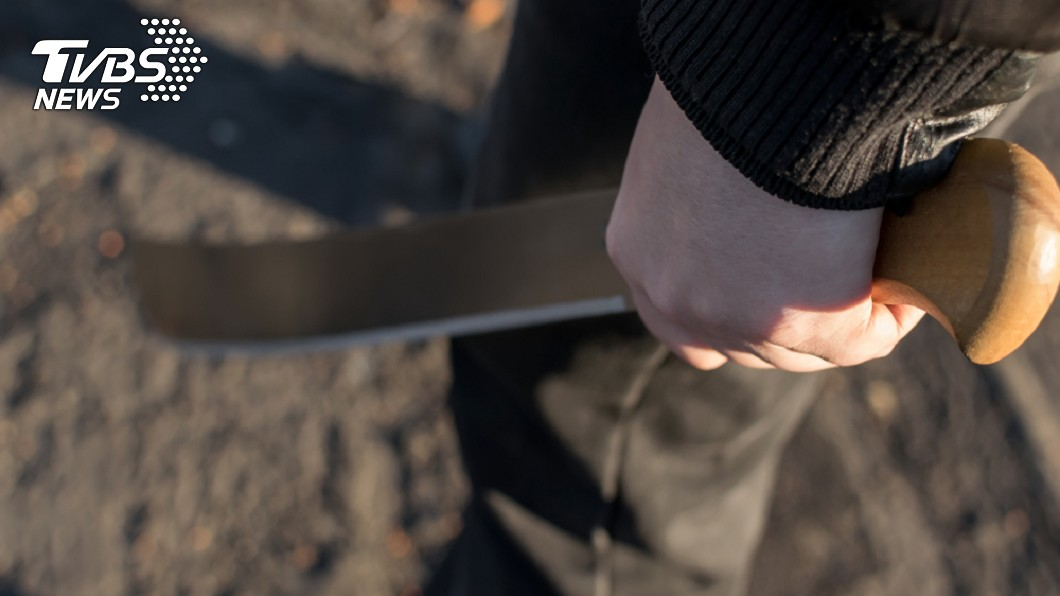 11歲男童持刀打跑入侵的3名歹徒。示意圖/TVBS 惹錯人!3竊賊闖民宅 反遭11歲男童發威「砍破頭」