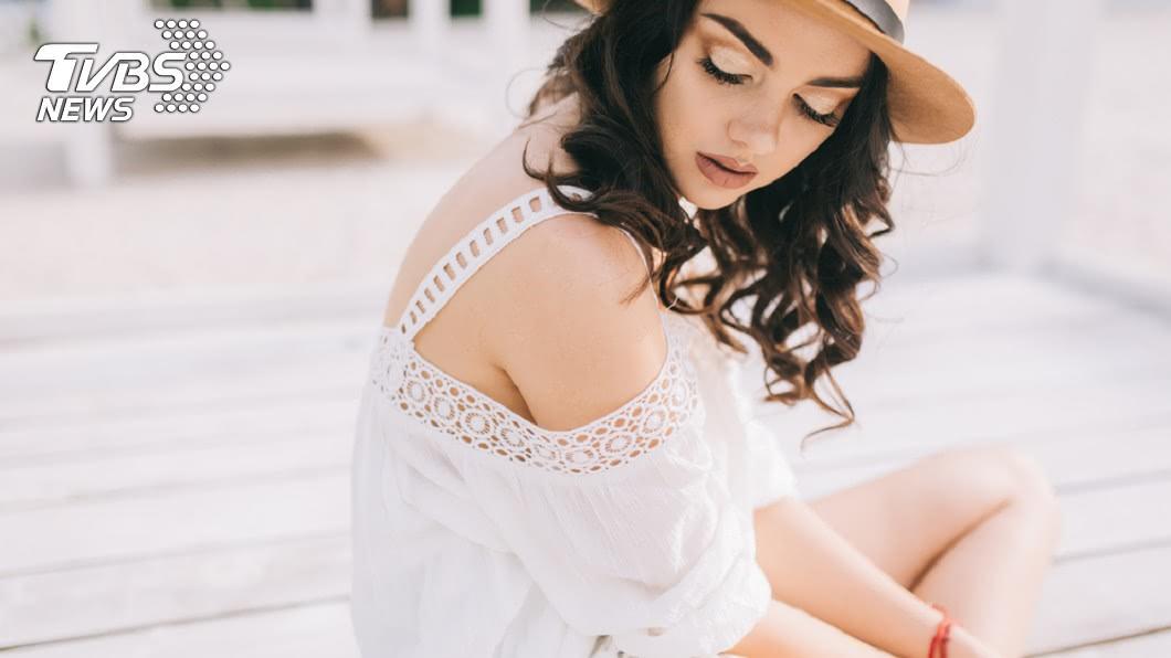 民眾普遍認為白色衣服的抗暑效果最佳。示意圖/TVBS 破解迷思!夏天穿白衣曝曬嚇死人 「這顏色」才真抗暑