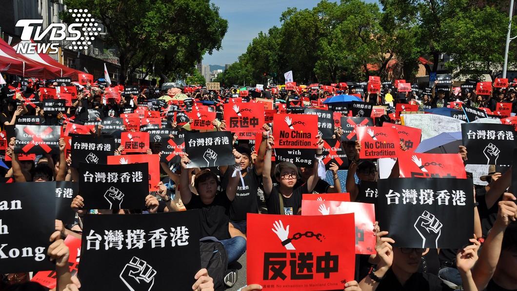 圖/中央社 隔海撐香港 千人立院前反送中與一中和平協議