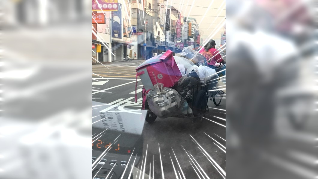 網友看到外送平台保溫包被回收車載走,忍不住拍下PO網。圖/翻攝爆廢公社臉書