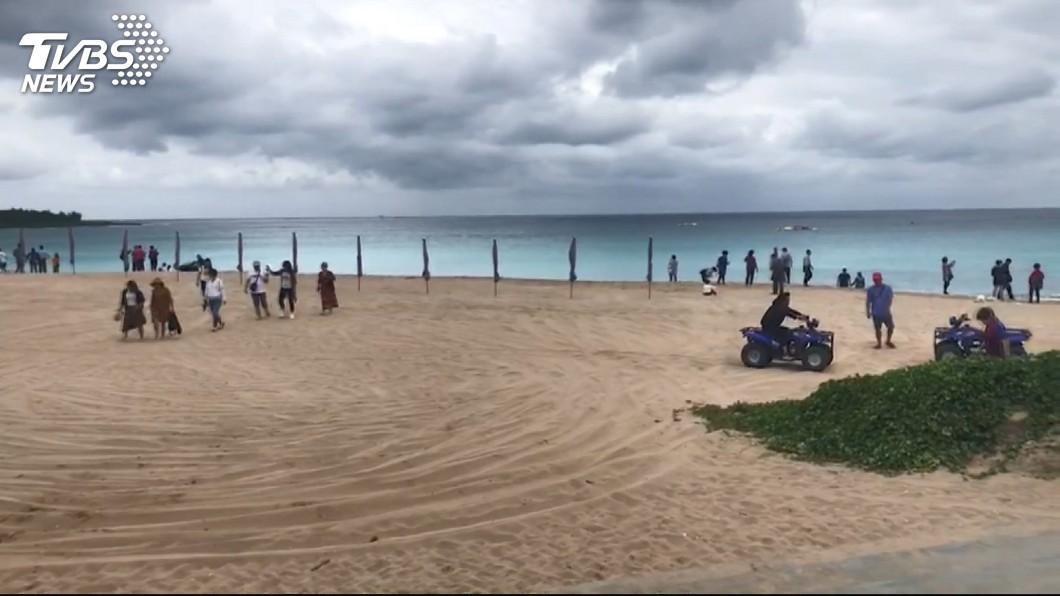 墾丁的海灘是許多民眾夏天好去處。示意圖/TVBS 遊客丟海上1小時 墾丁業者又出「老鼠屎」?