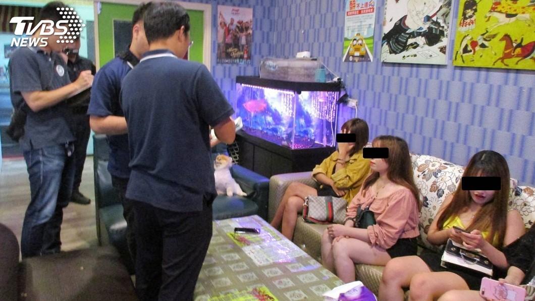 有恩客得知這些越南籍陪酒女子被逮後,專程跑到警局探望。(圖/TVBS)