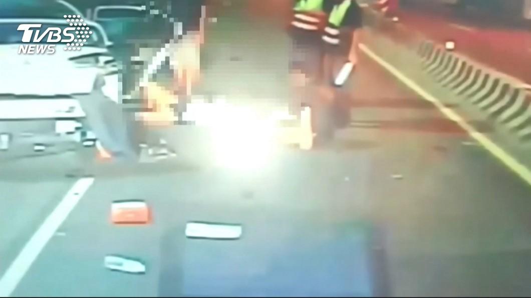 圖/TVBS 失控自撞路邊貨車3人重傷 2女乘客噴飛車外
