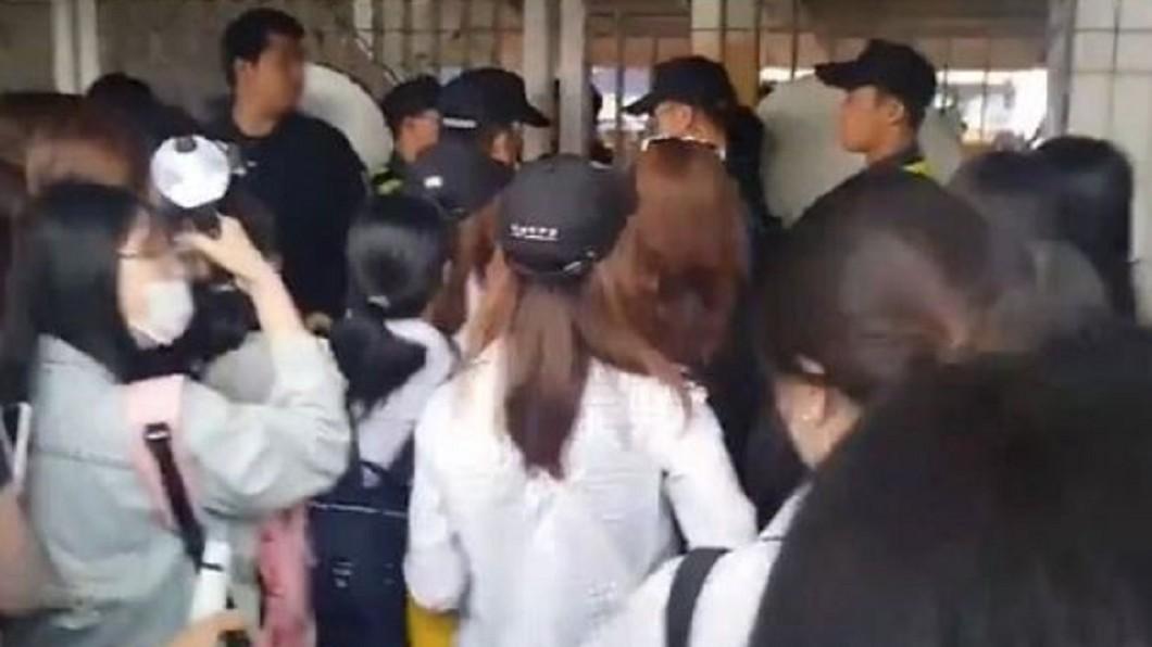 圖/翻攝自韓網評論翻譯站臉書 BTS見面會6千人困場外 公司擋黃牛惹議
