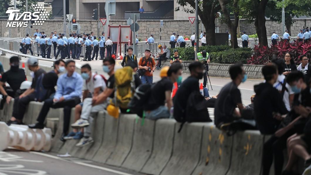 圖/中央社 憂港警設陷阱 反送中示威者先撤離夏愨道