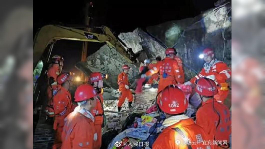 四川發生強震,多處房屋倒塌,救災人員全力投入搶救行列。圖/翻攝自人民日報微博