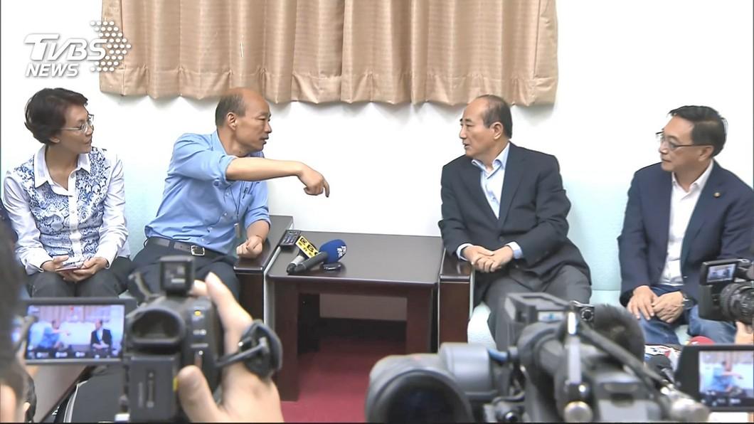 韓國瑜(左二)17日突襲拜會王金平(右二)。圖/TVBS 韓國瑜突襲拜會 他批:韓不是自大就是草包