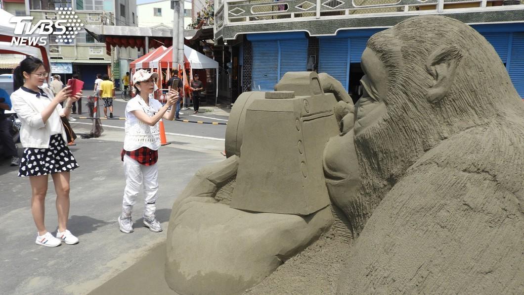 圖/中央社 海岸沙流失 一見雙雕沙雕展移到社區