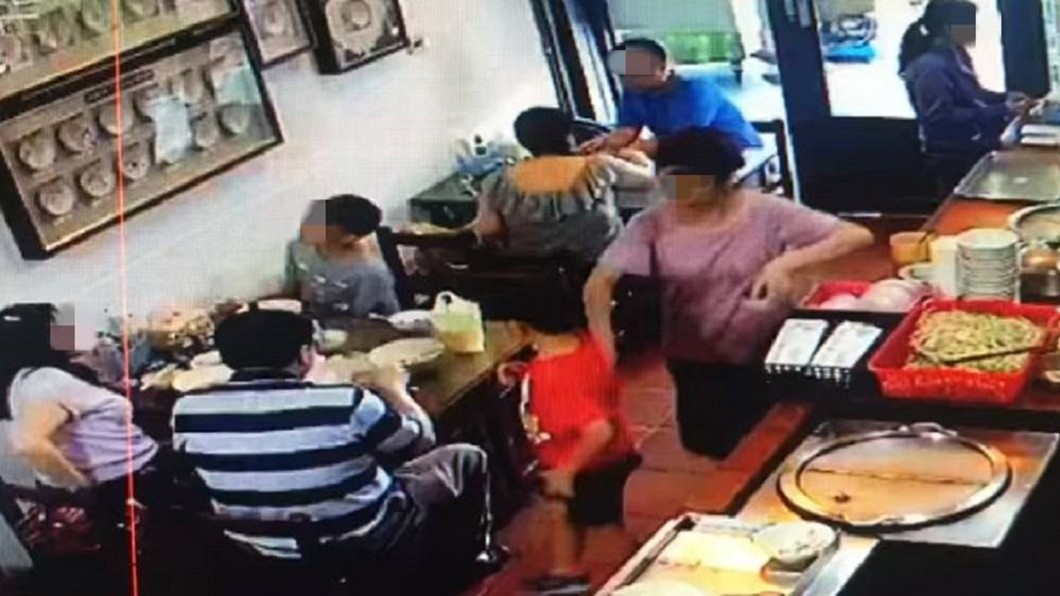 男童離開座位後在走道上逗留,店家表示擔心他被熱湯燙傷才會順手擋了一下。圖/翻攝台南森茂碗粿臉書 台南名店被控「動手大力推孩子」 監視畫面還原現場