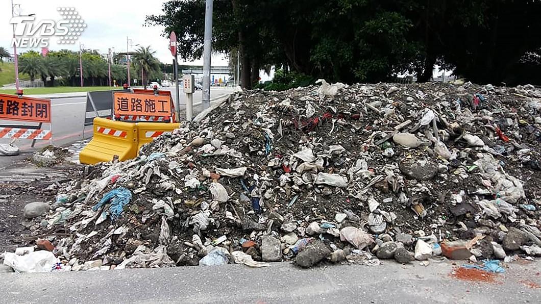 圖/民眾提供 工程挖出大量陳年垃圾 花蓮人原來住在垃圾上面