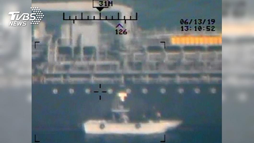 圖/達志影像美聯社 控伊朗襲油輪 美軍公布多張拔水雷彩色照