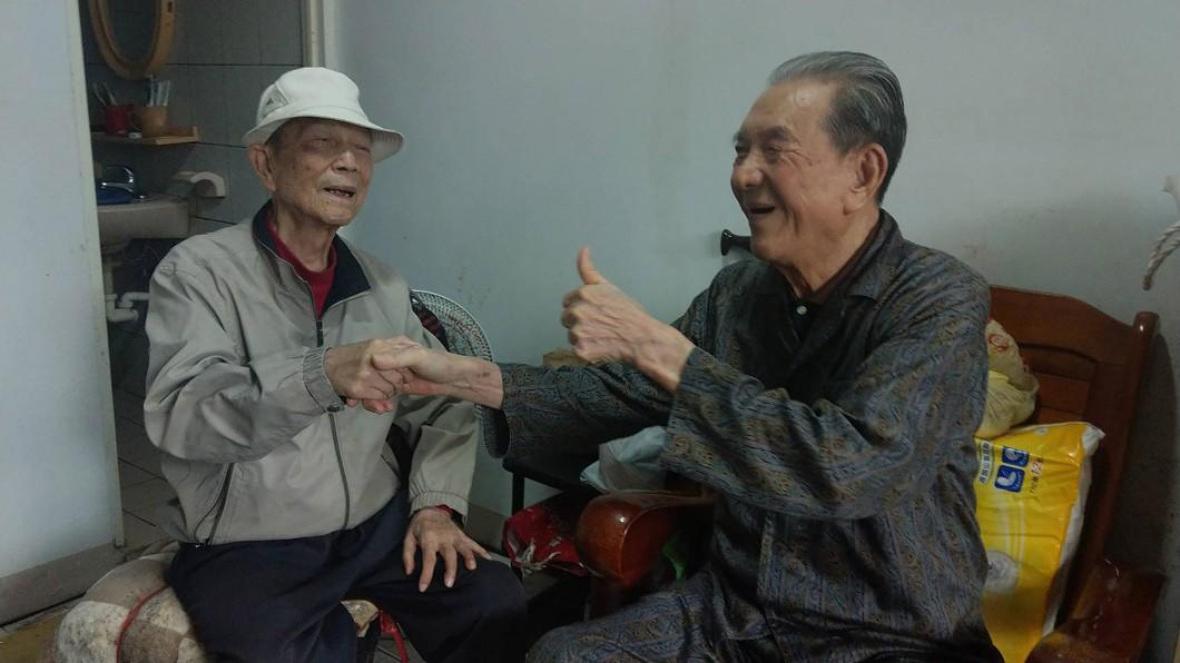 圖/中央社(民眾提供) 手足情深!為身障弟棄學位與婚姻 兄弟相依為命47年