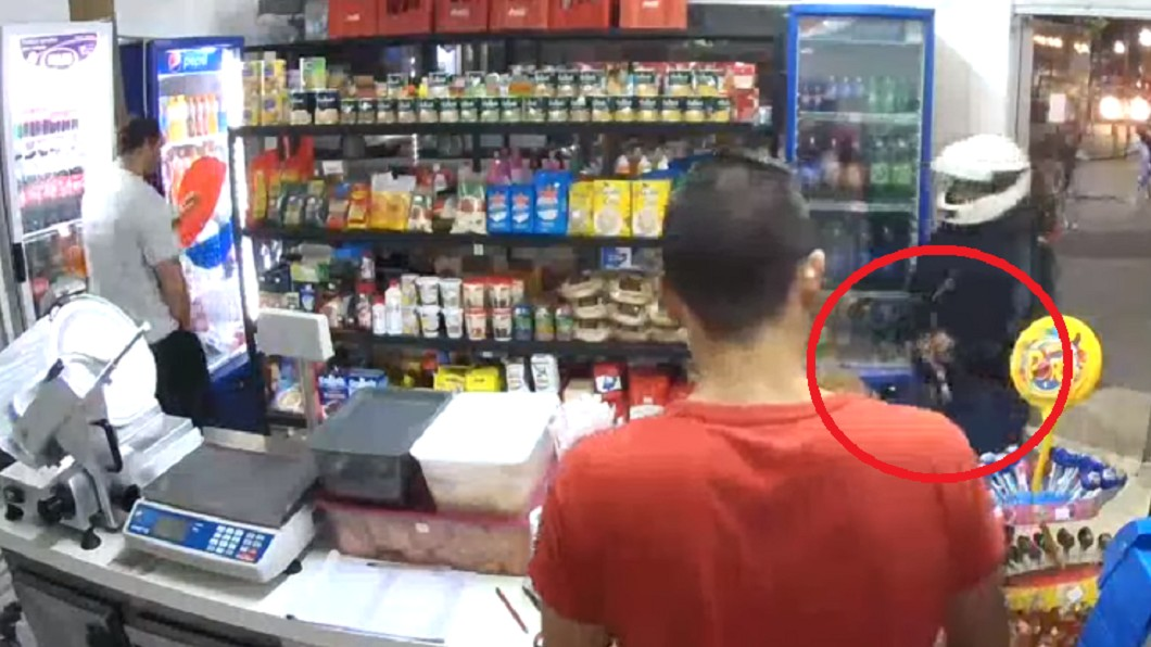 圖/翻攝自 YouTube 搶匪超商搶劫「槍往口袋一插」 砰!擊中下體身亡
