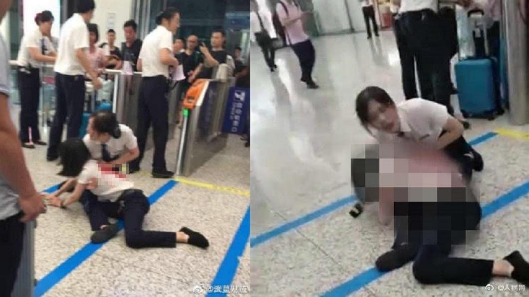 劉姓女職員(圖中趴姿者)遭羅姓女乘客砍傷背部,另一名女職員則用手按著傷口。圖/翻攝自微博 驚!女趕不上火車竟持刀怒捅職員背部 濺血場面嚇壞眾人