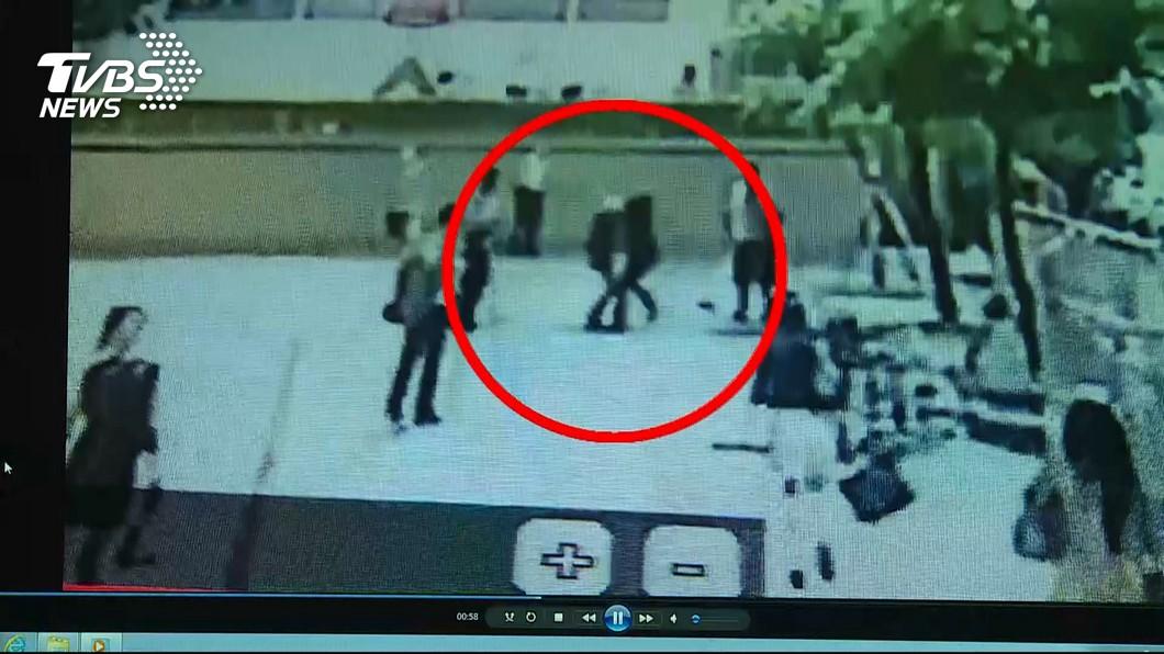 監視器畫面拍到陳男當眾刺死流鶯的畫面。(圖/TVBS)