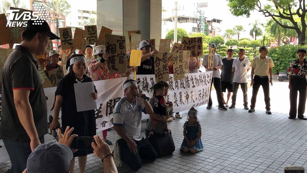 圖/中央社 全台7家化製廠長治鄉有3家 居民難忍臭味下跪抗議