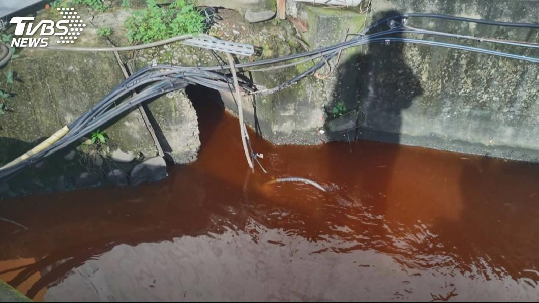水溝流出「不明紅色液體」 追源工廠亂排