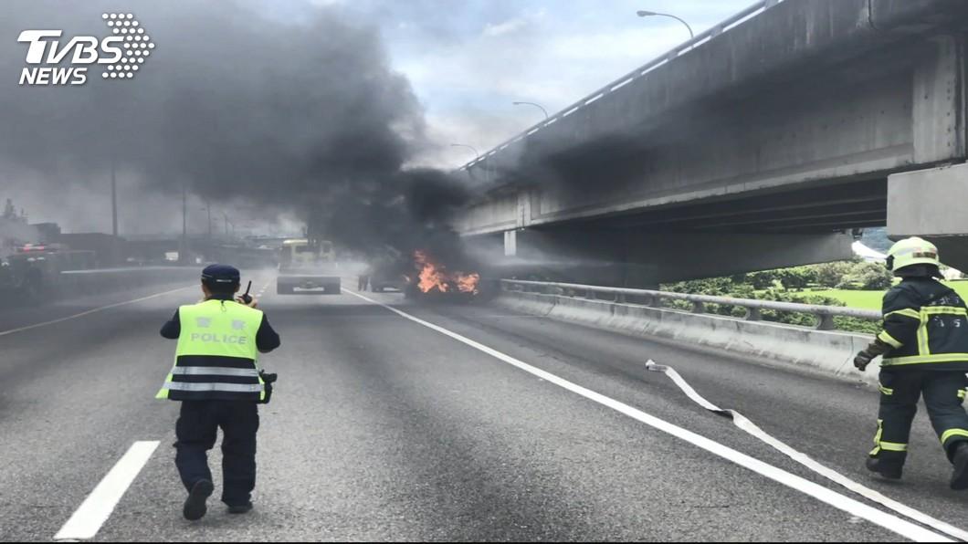 驚險!小轎車國道爆胎起火 駕駛及時逃生