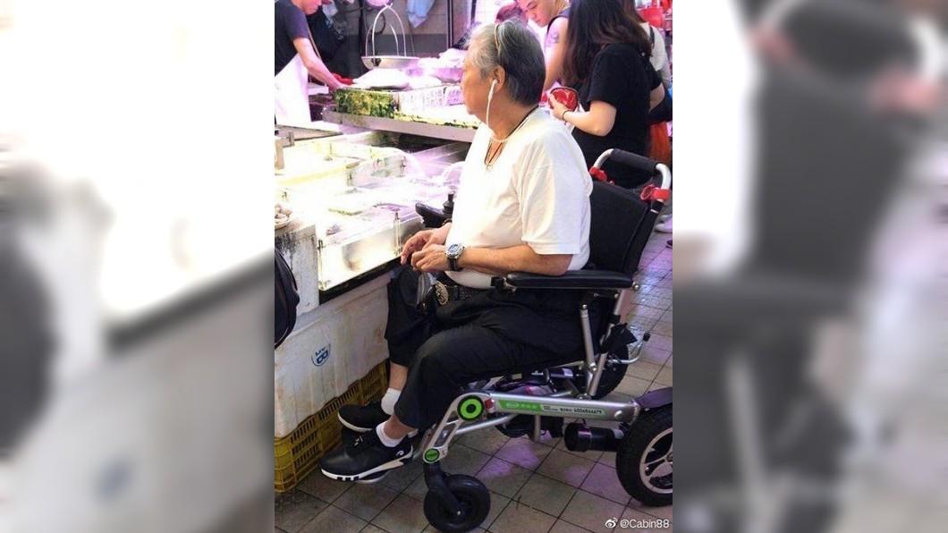 日前洪金寶坐輪椅陪妻子到市場買菜。圖/翻攝微博