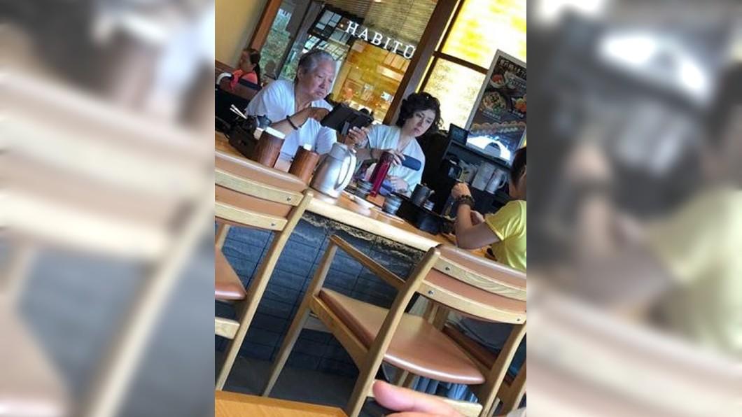 事隔1個多月,有網友在外用餐巧遇洪金寶,雖仍坐輪椅,但氣色看起來相當好。圖/翻攝微博