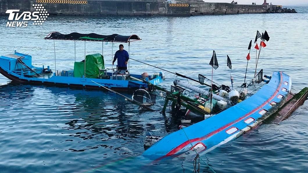 圖/中央社 滿滿人情味!漁船觸礁半沉海中 鄉民合力將船拉進港