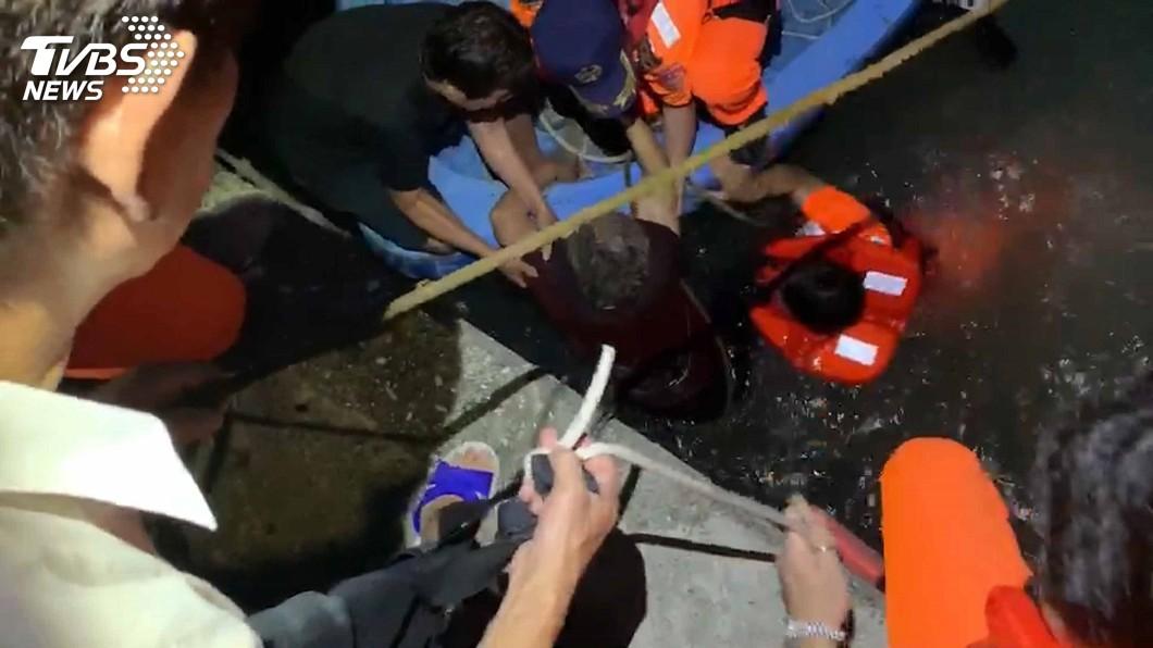 圖/中央社 7旬婦人失足落海嚇傻無力反應 岸巡人員跳下水救援