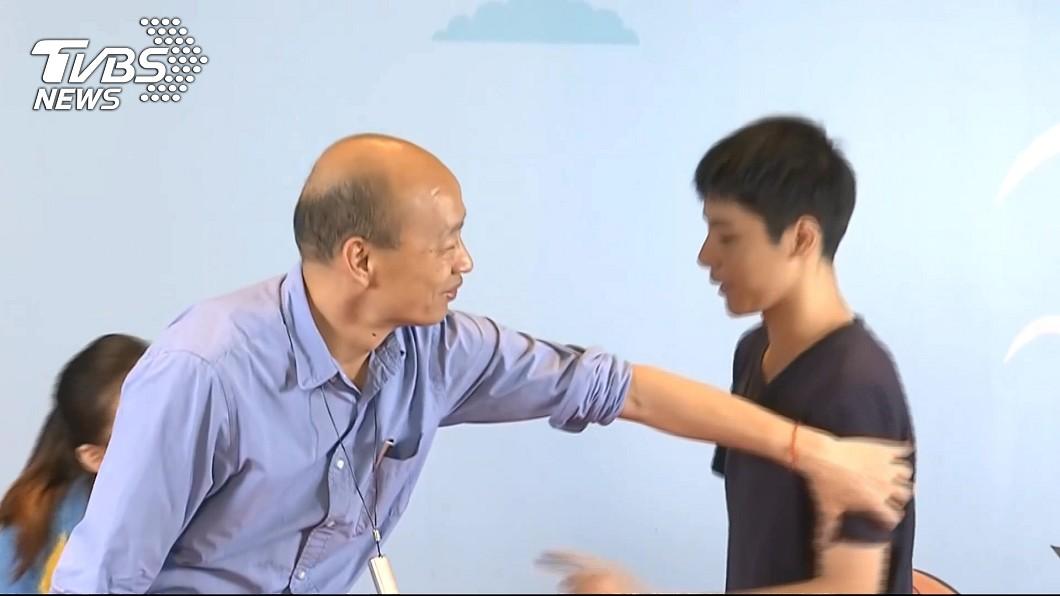 韓國瑜昨遭模範國中生開嗆,成為話題焦點。圖/TVBS資料照 模範生開嗆韓國瑜 評論家:韓「這個動作」讓他不寒而慄