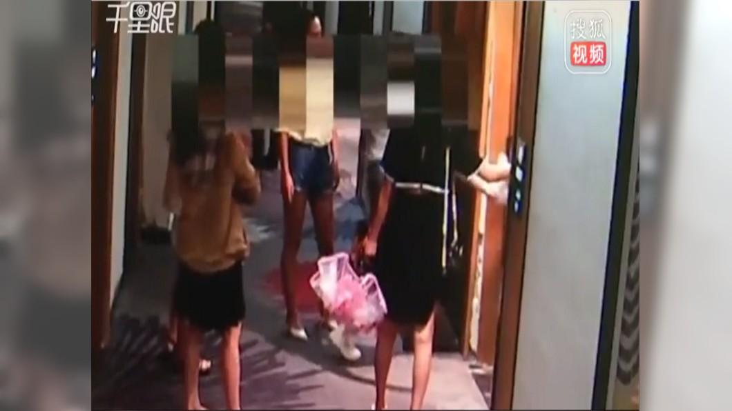 圖/翻攝自搜狐視頻 抓包男友偷吃閨蜜 她揪團直搗賓館踹門訓渣男