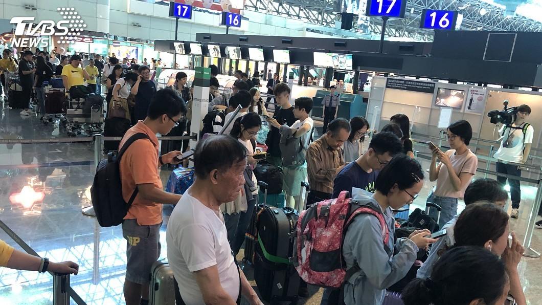 圖/中央社 長榮空服罷工波及行程 港澳陸客搭機感焦慮