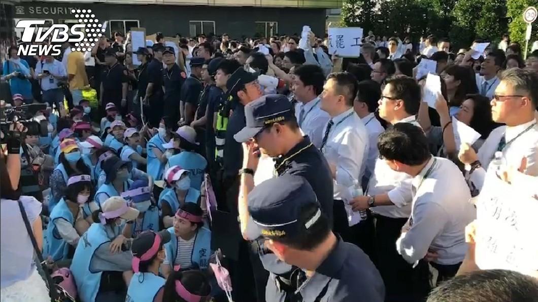 白色制服的員工嗆生「不爽做不要做」。圖/TVBS