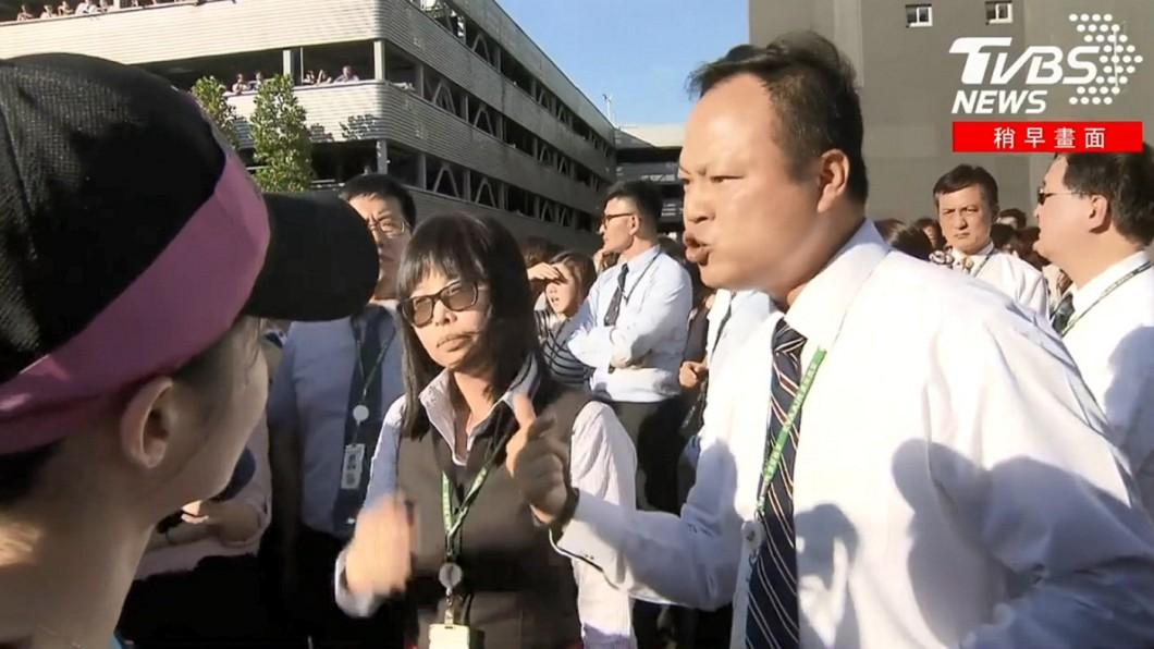 長榮內部員工要求罷工空姐不要擋住總部大門。圖/TVBS