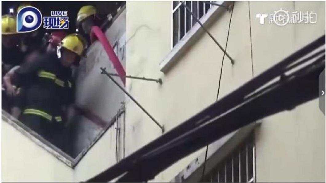 火勢撲滅後消防員進入搜索,一家三口1死2重傷。(圖/翻攝自微博)