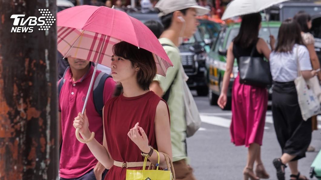 示意圖/TVBS 日宣導男生也該撐陽傘 環境大臣親示範