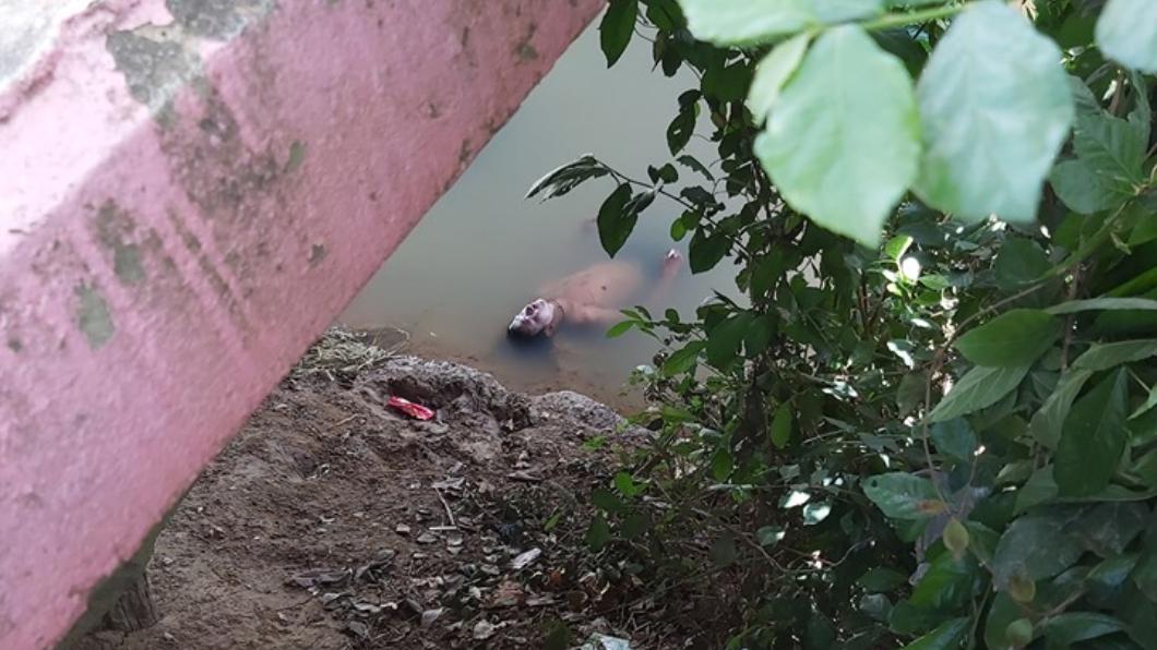 泰國河邊驚見男性浮屍。圖/翻攝自臉書มูลนิธิร่วมกตัญญูจังหวัดชัยนาท 男「浮屍」臉慘白漂河面 警消打撈…突坐起睜眼猛盯眾人