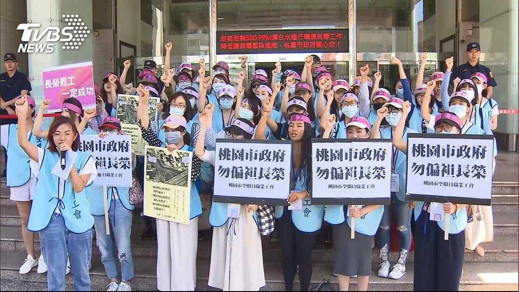 長榮航空勞資雙方日前協商破裂,桃園市空服員職業工會宣布罷工。圖/TVBS資料照 名嘴嗆「為何不去華航應徵」 罷工空姐爆氣回應