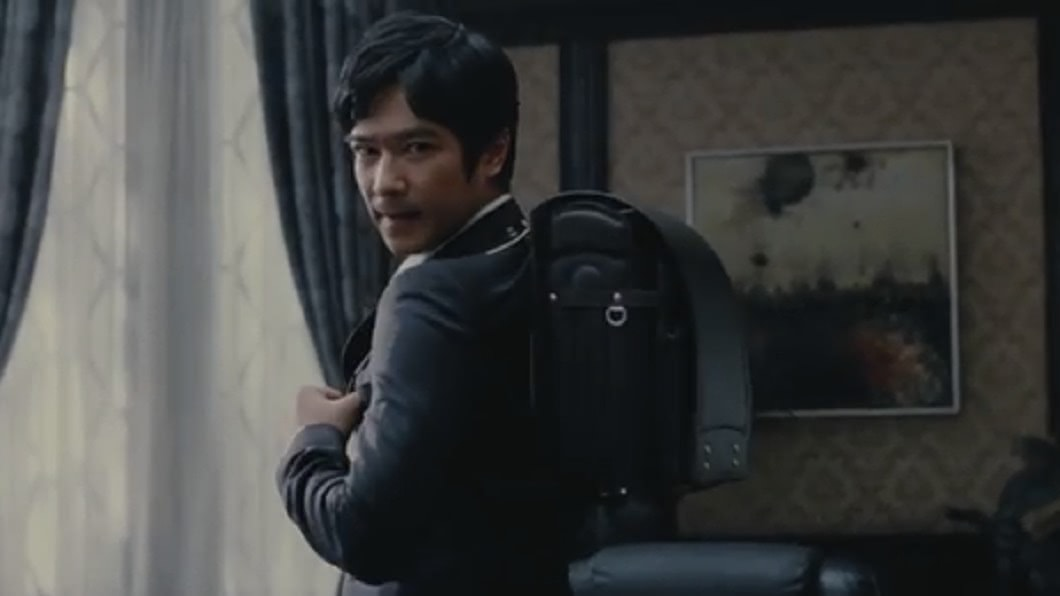 日本男星堺雅人揹的書包是成人尺寸。圖/翻攝Deep News