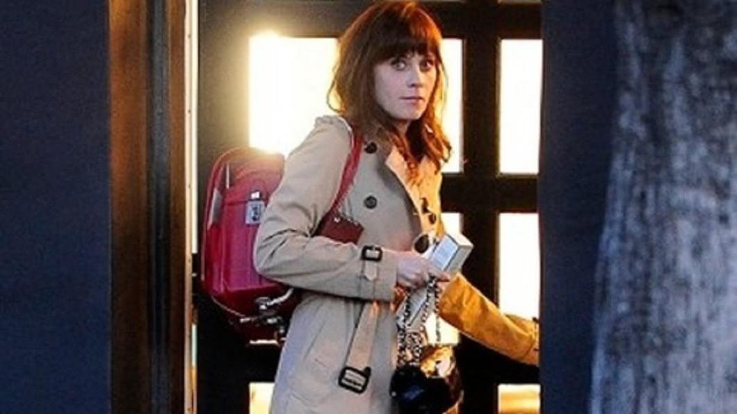 美國女星柔依黛絲香奈(Zooey Claire Deschanel)被拍到揹日本書包。圖/翻攝Deep News
