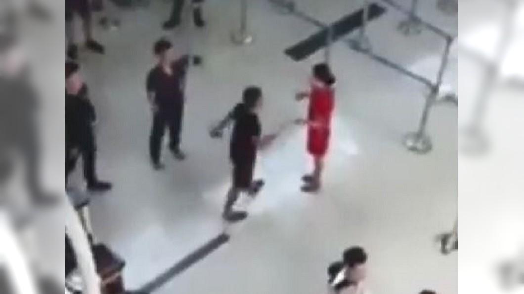 圖/翻攝自DailyMail YouTube 3男客要求合影被拒 怒踢女地勤在地