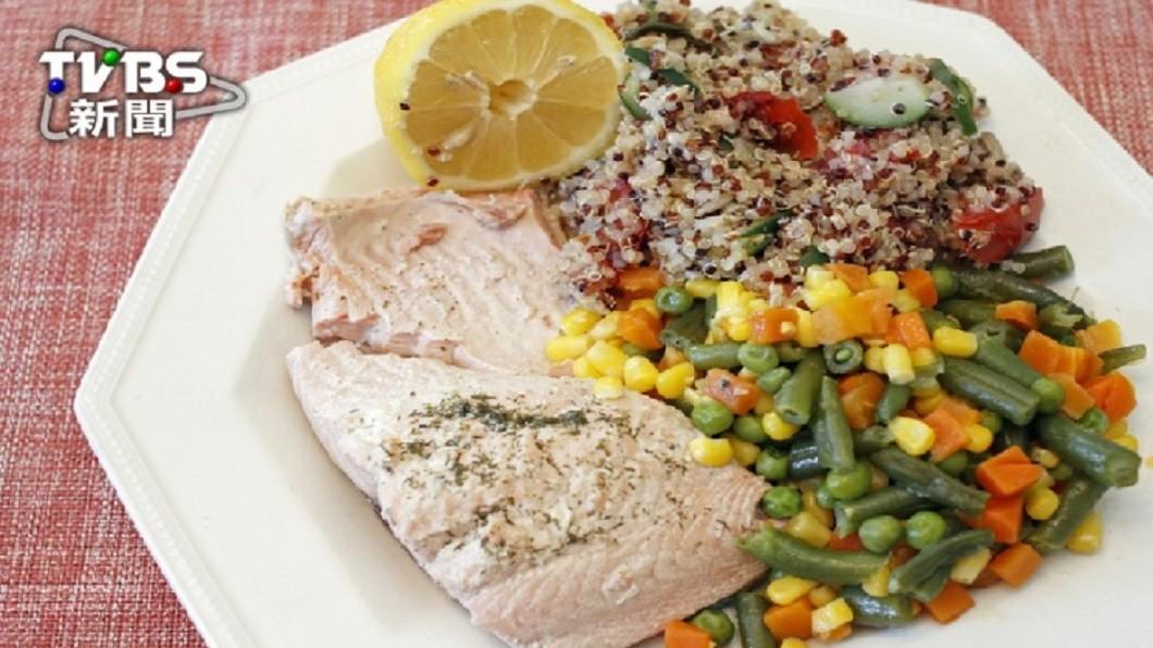 三色豆中,僅紅蘿蔔屬於蔬菜,豌豆仁和玉米粒同屬全榖雜糧類,富含澱粉,減重者應多留心。 圖/TVBS 誤會大了!三色豆富含澱粉 小心吃進高熱量