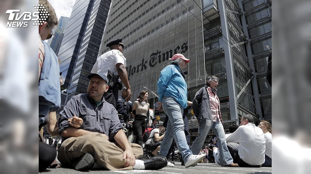 圖/達志影像美聯社 千名環團抗議者 硬闖露天煤礦場德警騎馬驅離