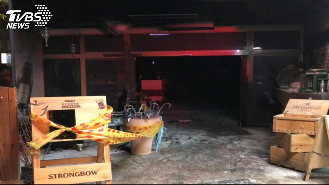 新北市永和區一間燒肉酒吧,日前遭到員工潑油縱火。(圖/TVBS) 上班遲到被念不爽 店員嗆「不用開了」縱火燒店